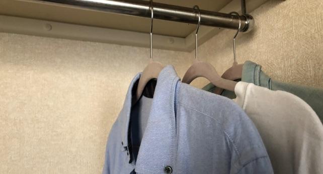 シャツはハンガーにかけたままクローゼットにしまう